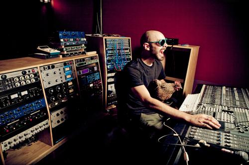 Igorrr sẽ dựa vào các phím khác nhau được phát ra từ tiếng đàn của Patrick để thêm vào phần nhạc đệm.