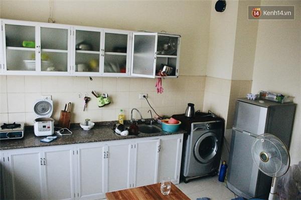 Khu vực nhà bếp được chủ nhà trang bị kệ, tủ bếp, máy giặt và tủ lạnh.