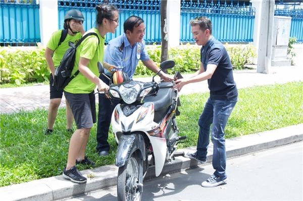 Đàm Vĩnh Hưng không ngại nguy hiểm đến đỡ chiếc xe máy đang ngã giúp người đi đường. - Tin sao Viet - Tin tuc sao Viet - Scandal sao Viet - Tin tuc cua Sao - Tin cua Sao