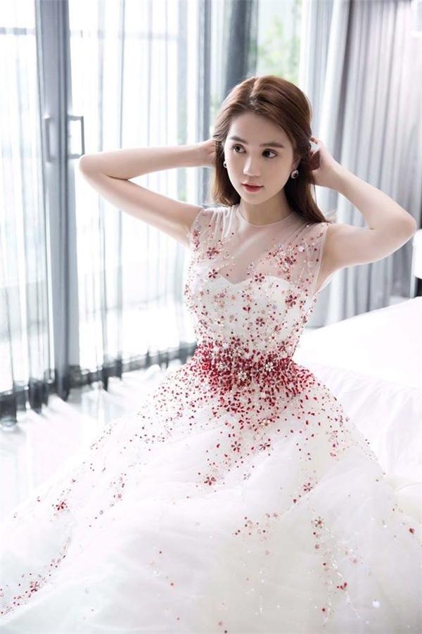 Ngọc Trinh diện bộ trang phục vô cùng lộng lẫy, bắt mắt thanm dự liên hoan phim.