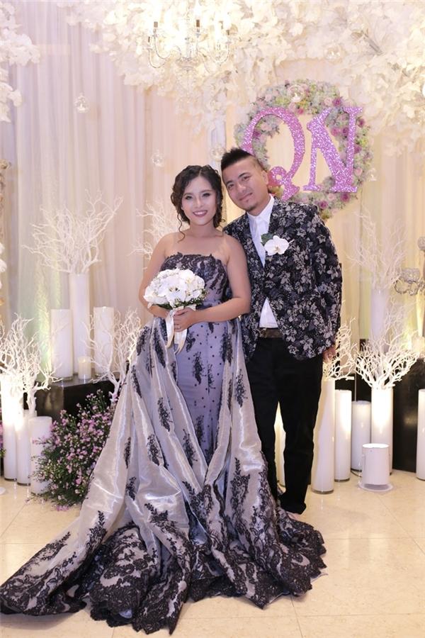 Dù trước giờ bắt đầu tiệc cưới trời Sài Gòn đổ mưa khá to nhưng gần 100 bàn tiệc đã được đặt đều kín chỗ khách tham dự. - Tin sao Viet - Tin tuc sao Viet - Scandal sao Viet - Tin tuc cua Sao - Tin cua Sao