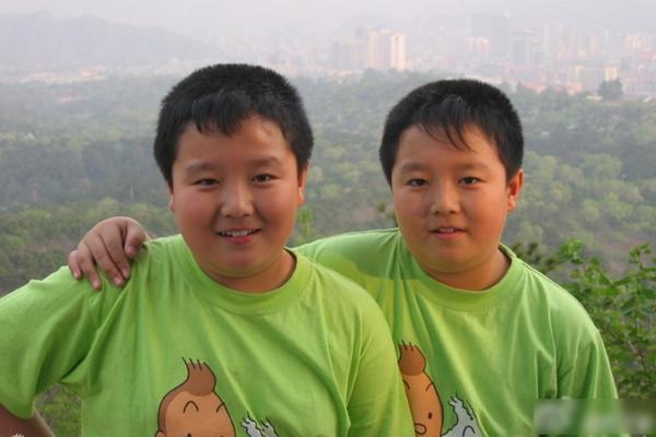 Màn lột xác ngoạn mục của cặp hot boy sinh đôi nổi nhất mạng xã hội