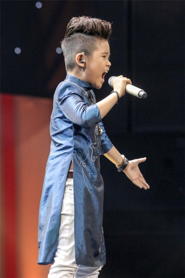 Lần đầu tiên đến với chương trình Giọng hát Việt nhí, Nhật Minh chọn ca khúc Đá trông chồng. Ca khúc đãgiúp em phô diễn được hết chất giọng của mình.