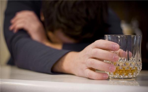 Họ thường đắm chìm vào bia rượu khi vượt giới hạn chịu đựng của cảm xúc. (Ảnh: Internet)