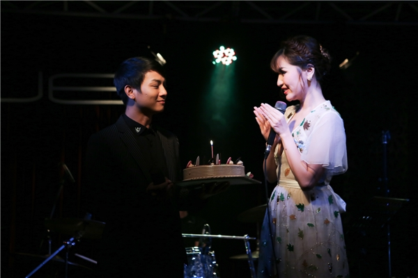 Hoài Lâm bất ngờ mang bánh kem sinh nhật lên sân khấu tặng đàn chị. - Tin sao Viet - Tin tuc sao Viet - Scandal sao Viet - Tin tuc cua Sao - Tin cua Sao