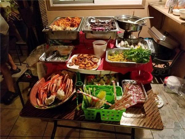 Ngoài bánh kem, bữa tiệc còn có hải sản và những món ngon đậm chất Việt Nam. - Tin sao Viet - Tin tuc sao Viet - Scandal sao Viet - Tin tuc cua Sao - Tin cua Sao