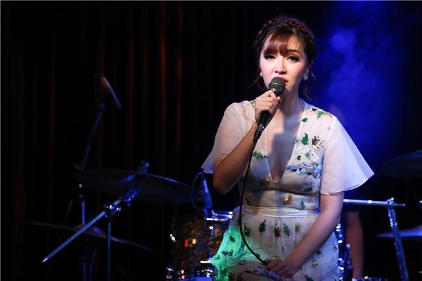 Nữ ca sĩ chiêu đãi khán giả rất nhiều ca khúc hit và có những chia sẻ thú vị trong đêm nhạc riêng tại TP HCM. - Tin sao Viet - Tin tuc sao Viet - Scandal sao Viet - Tin tuc cua Sao - Tin cua Sao