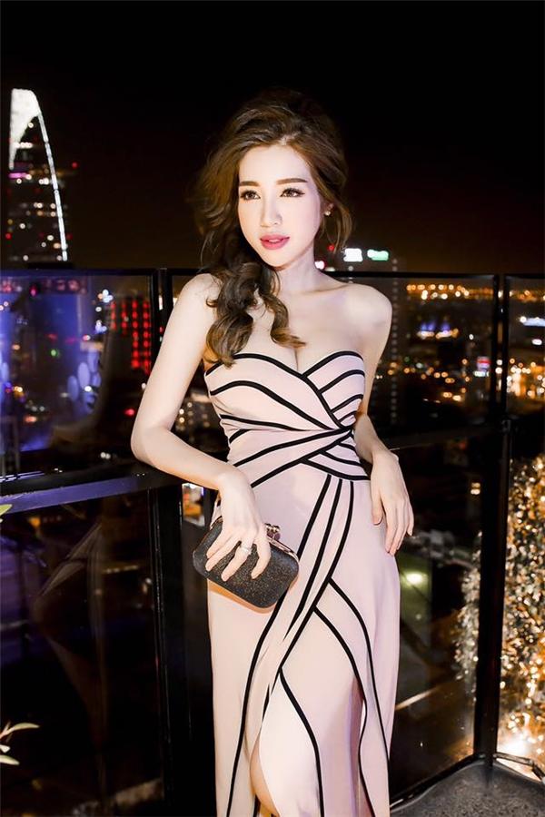 Bí quyết phô diễn đường cong của Elly Trần trong suốt những năm qua