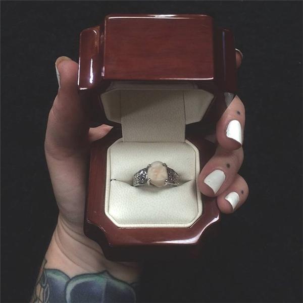 Lucas đã không đi theo lối mòn, tặng người con gái đời mình mộtchiếc nhẫn kim cươngmà thay vàođó, anh tặng côchiếc nhẫn làm từ... răng khôn của mình.