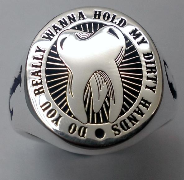 Chiếc nhẫn bạc của chú rể có khắc hình chiếc răng khôn và một câu trong bài hát Dirty Hands.