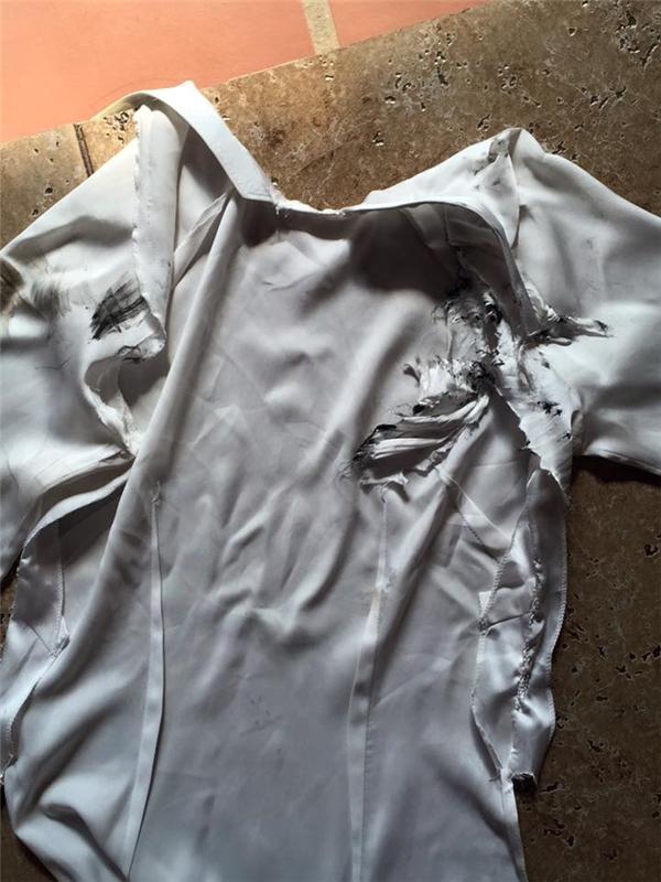 Chiếc áo dài của con gái nhà thiết kế bị rách tơi tả. (Ảnh: FBNV)