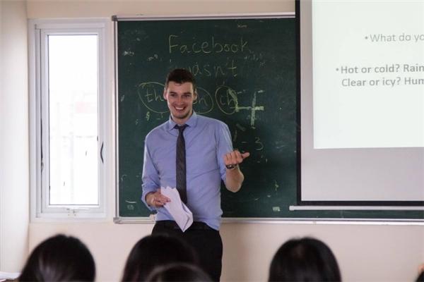 Dân mạng sốt với thầy giáo Tây mới cực điển trai cao tận 1m96