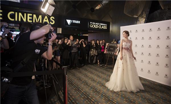 Khán giả đổ xô xin chụp ảnh cùng Ngọc Trinh tại Úc