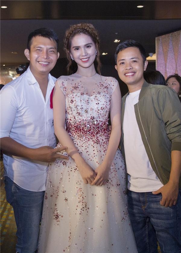Stylist, nhà thiết kế Đỗ Long (bìa trái) và nhiếp ảnh gia Lê Thiện Viễn (bìa phải) luôn đông hành cùng Ngọc Trinh trong nhiều sự kiện.