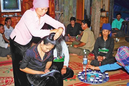 """Theo phong tục người Thái, cô dâuphải tiến hành làm lễ búi tóc """"Tằng cẩu"""" (Ảnh minh hoạ)"""