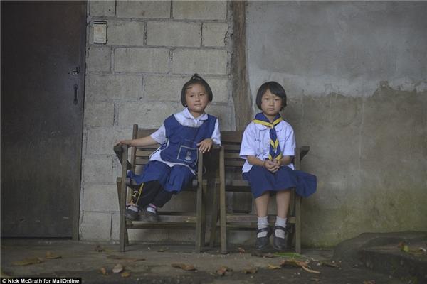 Kanlayanee (trái) muốn mở một tiệm kem còn Thidaret (phải) lại muốn trở thành giáo viên. Một người dân làng cho biết gia đình hai cô bé rất tử tế và không thể nhìn một bức ảnh mà kết tội hai cô bé này được.(Ảnh: DailyMail)