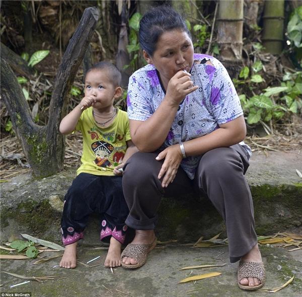 """Chị Lu Nithiworephob – mẹ của Kanlayanee và Thidaret, nói: """"Sau khi tôi nghe tin về con mình, tôi rất buồn đến nỗi không ăn hay ngủ được"""".(Ảnh: DailyMail)"""