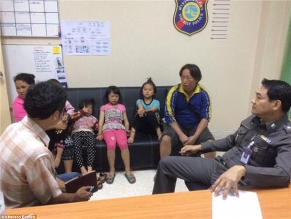 Cha mẹ của Thidaret và Kanlayanee đưa con đến đồn cảnh sát để đòi lại sự công bằng.(Ảnh: Khaosod English)