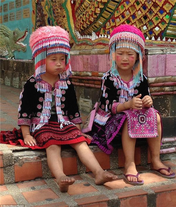 Hai cô bé trong trang phục truyền thống để các du khách chụp ảnh cùng tại một ngôi chùa ở Chiang Mai.(Ảnh: Reddit)