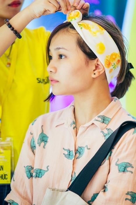 Nếu bạn không muốn mình trông quá xì – tin, thì có thể thử thắt nút chiếc turban thành một nụ hồng be bé như thế này. - Tin sao Viet - Tin tuc sao Viet - Scandal sao Viet - Tin tuc cua Sao - Tin cua Sao