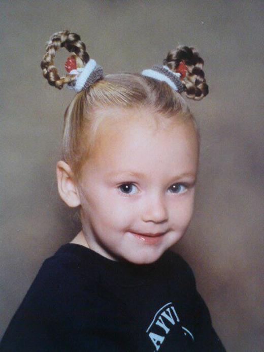 Từ năm 3 tuổi, Diva Hollands bắt đầu quen với kiểu tóc búi cao như thế thế này.