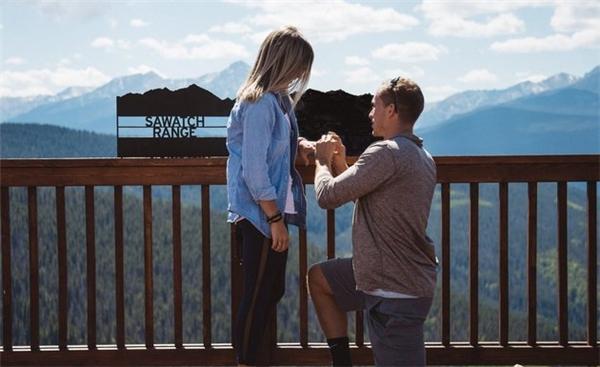 Khoảnh khắc cầu hôn ngọt ngào trước khung cảnh hùng vĩ của dãy Rocky. (Ảnh: Landon Momberg)