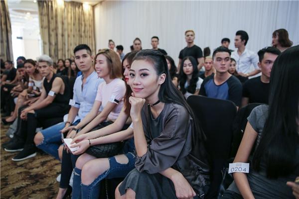"""Buổi tuyển chọn người mẫu tại TP.HCMgồm2 phần thi catwalk. Theo đó, các thí sinh vừa phải thể hiện những bước chân chuyên nghiệp, vừa phải thể hiện được thần thái biểu cảm cùng với khả năng """"phiêu"""" theo âm nhạc. Với tiêu chí là tuần lễ thời trang mang đẳng cấp quốc tế duy nhất tại Việt Nam, ban giám khảo đã đưa ra tiêu chuẩn gắt gao để có thể tìm được những người mẫu phù hợpnhất."""