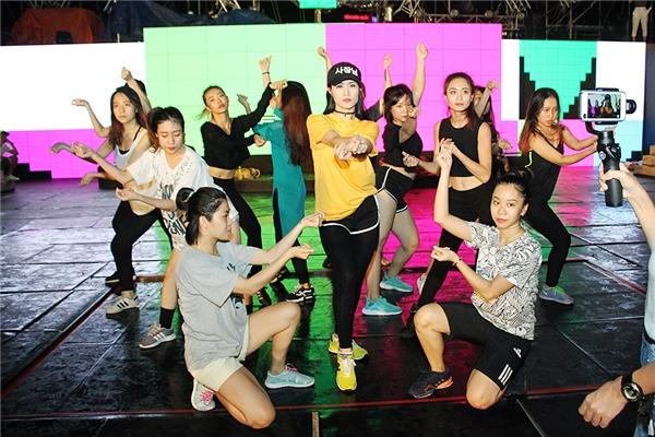 Nữ ca sĩ diện trang phục đơn giản, năng động để có thể dễ dàng cho việc tập luyện cùng vũ đoàn. - Tin sao Viet - Tin tuc sao Viet - Scandal sao Viet - Tin tuc cua Sao - Tin cua Sao