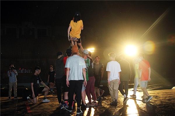 Điểm nhấn của It's Showtime chính là Đông Nhi sẽ biểu diễn gần 25 ca khúc cùng với ban nhạc. Sự kết hợp của nhạc sống và EDM đang khiến khán giả vô cùng tò mò. - Tin sao Viet - Tin tuc sao Viet - Scandal sao Viet - Tin tuc cua Sao - Tin cua Sao