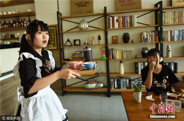 Quán cà phê mang phong cách như trong truyện tranh Nhật Bản, các nhân viên phục vụ là các sinh viên trẻ mặctrang phụhầu gái Pháp.