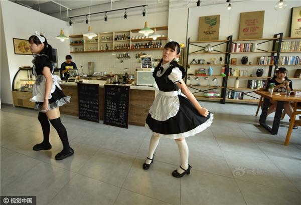 Nhảy múa để làm vui lòng thực khách