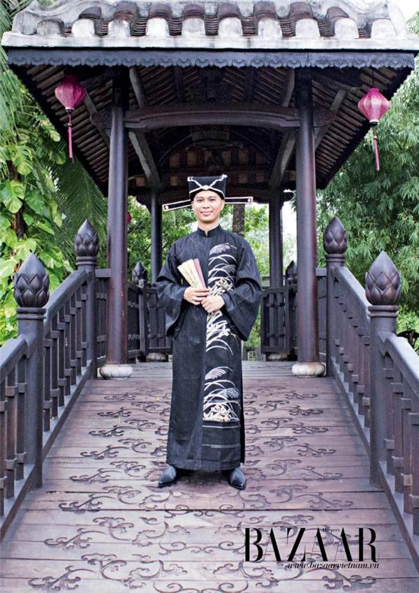 Nam Khánh trong trang phục áo dài