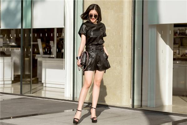 Hương Tràm lột xác hoàn toàn với vóc dáng chuẩn mực, xinh đẹp cùng những set đồ hiệu sành điệu của Just Cavalli và Versace Jeans.