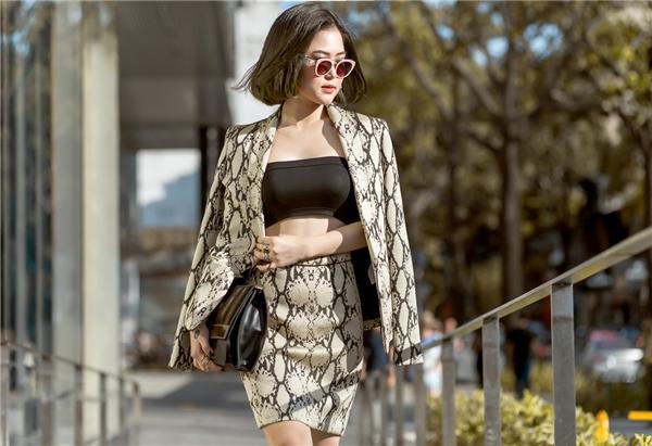 Hương Tràm tự tin diện những thiết kế khá gợi cảm, khoe vòng eo đáng mơ ước của mình. Được biết đây là kết quả của quá trình giảm cân nghiêm túc của chính cô.