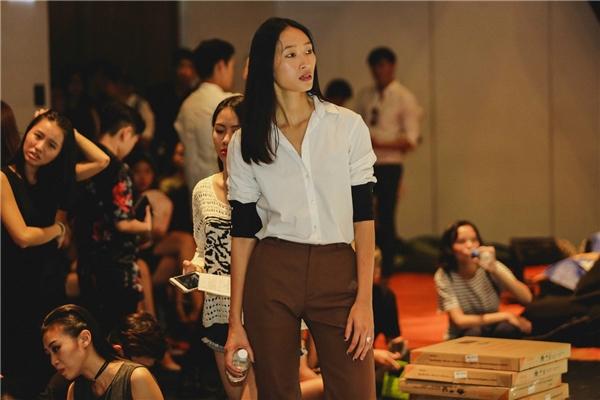 Trang Khiếu ăn vận đơn giản đến tập luyện. Hiện tại, chân dài này đang ấp ủ nhiều kế hoạch cho công việc người mẫu lẫn thiết kế thời trang.