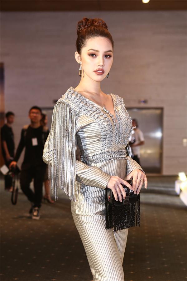 Hoa hậu Jolie Nguyễn diện bộ cánh màu ánh bạc nổi bật.
