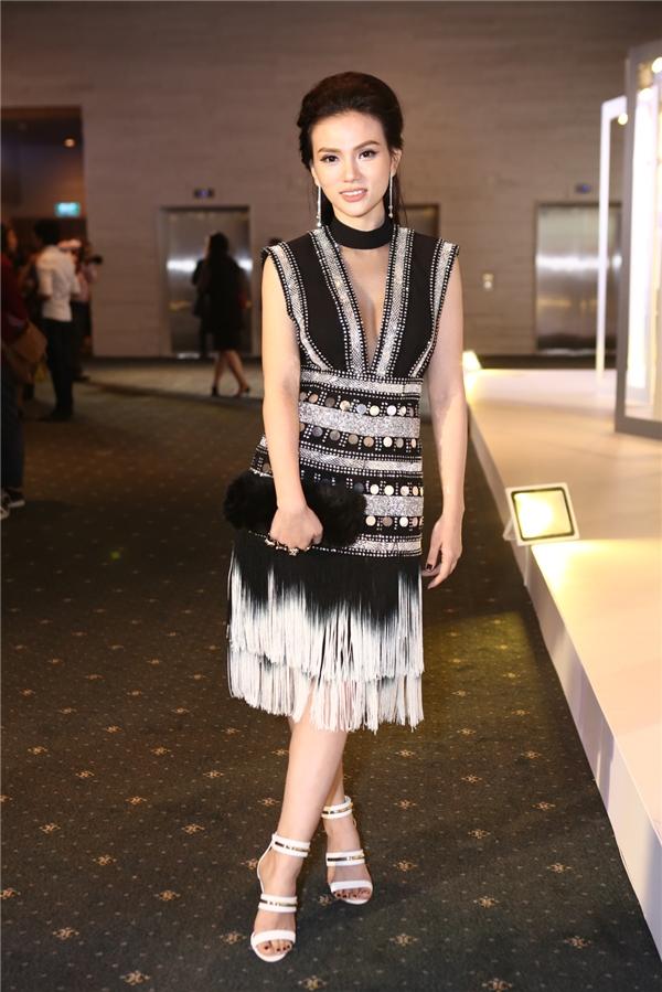 Thu Thủy ngày càng chứng tỏ phong cách thời trang đẳng cấp với bộ cánh vừa cá tính, vừa gợi cảm của Tuấn Trần.