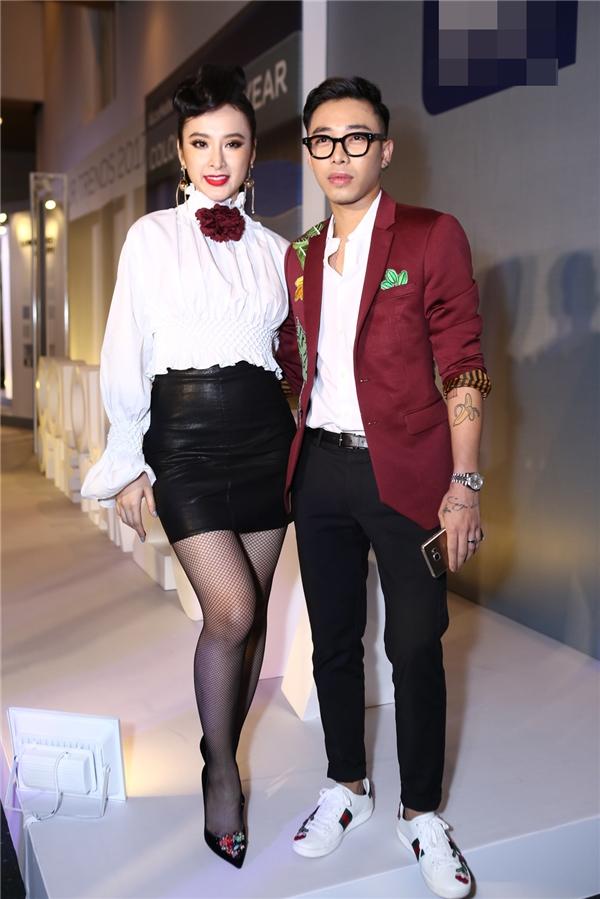 Hoàng Ku sánh vai cùng Angela Phương Trinh trên thảm đỏ.
