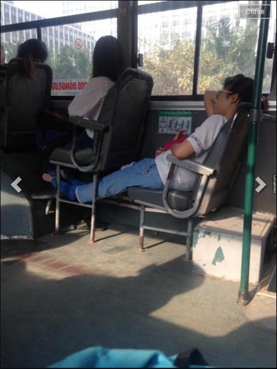 Chân dung cô gái ăn xôi hành và xịt nước hoa vào nách trên xe buýt. (Ảnh: Chụp màn hình)