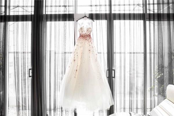 Vốn nổi danh nữ hoàng thảm đỏ trong nước, với lần xuất hiện này, Ngọc Trinh cùng nhà thiết kế Đỗ Long đã có sự chuẩn bị kĩ lưỡng để mang đến vẻ ngoài lộng lẫy, thu hút nhất có thể.