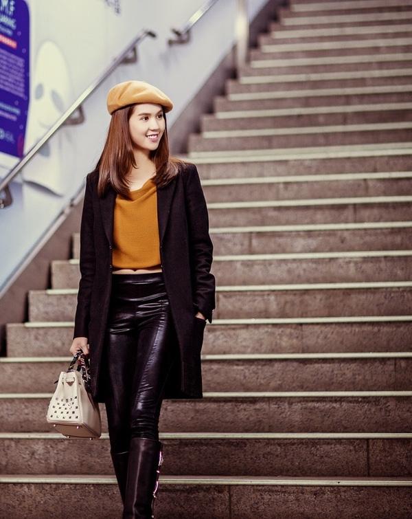 Cuối năm 2015, Ngọc Trinh sang Hàn Quốc tham dự lễ trao giải bình chọn Nghệ sĩ trẻ Châu Á xuất sắc (New Star) trong khuôn khổ Korean Culture Entertainment Award (Giải thưởng Văn hóa - Giải trí Hàn Quốc).Do thời tiết lạnh giá nên nữ người mẫu diện nhiều lớp trang phục khi dạo phố với chất liệu, phom dáng đặc trưng của mùa thời trang Thu -Đông.