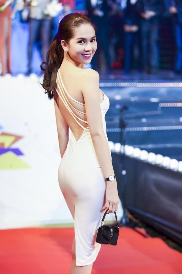 Bộ váy trắng ôm sát khiến người xem khó thể rời mắt khỏi Ngọc Trinh.