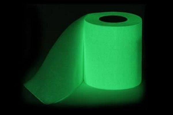 Giấy vệ sinh phát quang trong đêm tối.