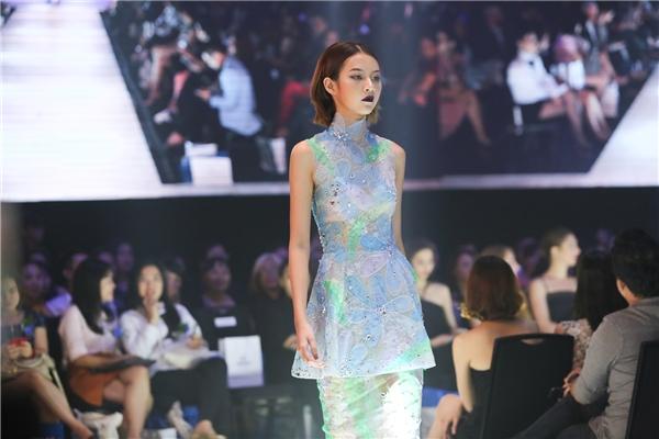 Phí Phương Anh dù là một người mẫu trẻ, chưa có nhiều kinh nghiệm trình diễn nhưng vẫn được nhà thiết kế Tuấn Trần tin tưởng giao cho vị trí mở màn. Nữ người mẫu còn trình diễn một thiết kế khác ở gần cuối bộ sưu tập.