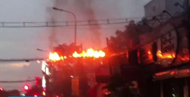 Đường dây cáp bắt ngang qua đường Phan Văn Trị bốc cháy kèm theo nhiều tiếng nổ (Ảnh cắt từ clip)