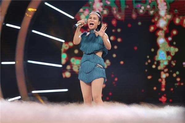 """Xuất hiện trong trang phục xanh được cut out khéo léo khoeđường cong, Thu Minh đã có màn trình diễn """"trên cả tuyệt vời"""". - Tin sao Viet - Tin tuc sao Viet - Scandal sao Viet - Tin tuc cua Sao - Tin cua Sao"""
