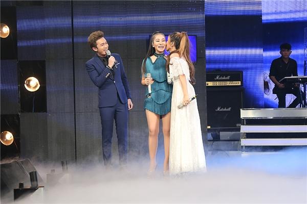 Kết thúc màn biểu diễn, Thu Minh và Trang Pháp lại ôm hôn nhau vì hạnh phúc với tiết mục ấn tượng đã mang đến cho chương trình. - Tin sao Viet - Tin tuc sao Viet - Scandal sao Viet - Tin tuc cua Sao - Tin cua Sao