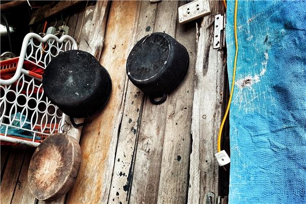 Căn bếp nhỏ cũng chẳng hơn gì, chủ yếu 2 vợ chồng nấu cơm bằng bếp củi, cũng may kéo được đường dây điện về nhà nên cuộc sống sinh hoạt đỡ bất tiện phần nào.