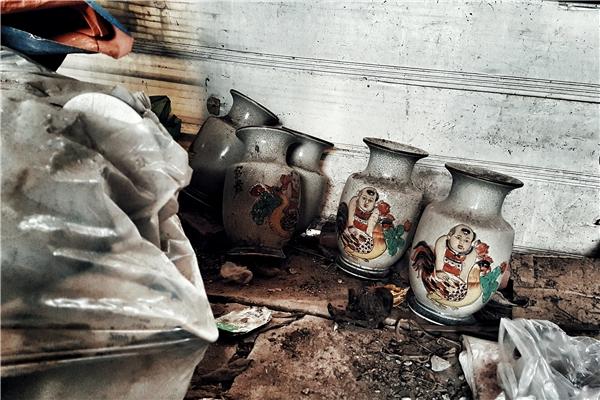 Vài chiếc bình gốm bị lỗi sứt mẻ vứt chỏng chơ trong góc bếp.