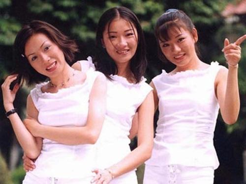 Với thế hệ 8X và 9X đời đầu, Tam ca Áo Trắng vẫn được nhớ đến như một miền ký ức đẹp. Nhóm được thành lập vào năm 1992 khi ba chị em trong một gia đình bao gồm chị cả Tuyết Ngân và hai cô em sinh đôi Minh Tú, Minh Thư. Những ca khúc được yêu thích hàng đầu của Tam ca Áo Trắng có thể được kể đến như: Vào hạ, Phố xa, Mặt trời bé con... - Tin sao Viet - Tin tuc sao Viet - Scandal sao Viet - Tin tuc cua Sao - Tin cua Sao